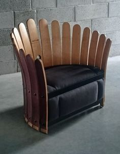 Une éclosion de douelles tout en rondeur comme pour humer en primeur le prochain millésime. Avec son assise élaborée en finesse ,c e fauteuil délicat symbolise la floraison de la vigne. En s...