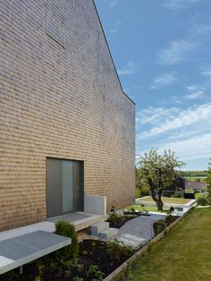 Stuttgart house by (se)arch with shingle-clad walls and a triple-height art gallery_ drzwi wejsciowe i dojscie