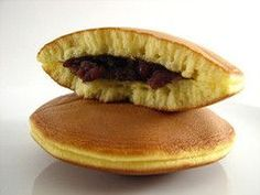 Dorayaki is a traditional Japanese cake with anko sweet beans filling. It's said that dorayaki is named after its shape which resembles dora. Japanese Pastries, Japanese Cake, Desserts Japonais, Onigirazu, Buttery Biscuits, Vegan Restaurants, Weird Food, Exotic Food, Pancake
