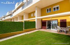 Nieuwbouwwoningen op 500 meter van zee in de wijk Punta Prima, Torrevieja. Een sterk ontwikkeld gebied waar alle voorzieningen gedurende het gehele jaar beschikbaar zijn op slechts 5 minuten rijden van het strand van Punta Prima, de La Mosca baai en andere stranden van Orihuela Costa.   De residentie biedt appartementen van 2 slaapkamers en 2 badkamers in drie verschillende uitvoeringen: gelijkvloers met tuin, tussenverdieping met terras van meer dan 40 m2 en penthouses met privésolarium…