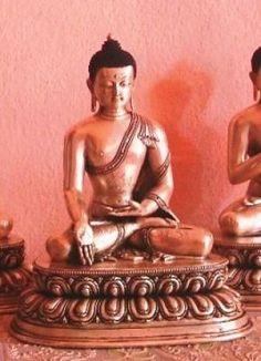 3- Varada Mudra – Ratna Sambhava: representa el elemento cósmico de vedana (sensación). Su símbolo es el reconocimiento de la joya y el que exhibe la Varada Mudra. En sánscrito, Varada significa conceder una bendición. El gesto muestra la palma de la mano derecha dirigida hacia el receptor de dones, con los dedos apuntando hacia abajo.