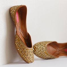 Diamonds on your feet! One of our best-sellers and festive season favorite is BACK IN STOCK . Order Golden Symphony online at www.pastelsandpop.com . #pastelsandpop #juttis #jootis #khussa #mojri #shoes #designerjutti Stylo Shoes, Indian Shoes, Fashion Shoes, Fashion Accessories, Designer Wedding Shoes, Fancy Shoes, Women's Shoes, Bride Shoes, Custom Shoes