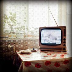 Y yo que me la pasé espiando ventanas abiertas en verano, cuando las cortinas ligeras se agitaban al aire del ventilador y dejaban a la vista una mesa, un plato, una cama con sábanas revueltas, la tele encendida en la novela. Y yo que me detenía intrigada a buscar en esas otras vidas los nudos con la mía (y volver más liviana la soledad). Y tejía historias –no las de los otros, los que habitaban ese...