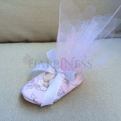 A baptism fit for two princesses! Handmade bomboniere shoes with polka-dots and romantic cupids as well as handmade bomboniere bags with the same motif. Filled with flavored chocolate covered almonds (#koufeta) and lots of love! Check out all the combinations and let us help you select just the right fabrics and type of bomboniere for your wedding and/or baptism! All by www.myhappiness.gr #christening #christeningfavors #baptism #baptismfavors #koufeta #bomboniere