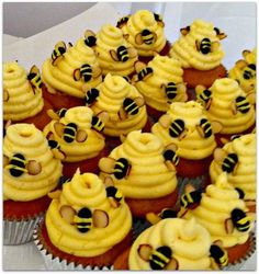 Adorable and super easy Bumble Bee cupcakes. All you need is yellow frosting, black jelly beans, yellow piping (the small tubes) and slice almonds. Cute Cupcakes, Cupcake Cookies, Beehive Cupcakes, Frost Cupcakes, Diy Cupcake, Baby Shower Cupcakes, Bumble Bee Cupcakes, Bee Cakes, Cakepops
