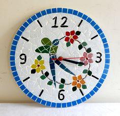 Relógio de mosaico feito com pastilhas de vidro. Mosaic Crafts, Mosaic Projects, Mosaic Art, Mosaics, Wall Watch, Displays, Clock Decor, Wooden Clock, Broken China