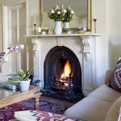 25 Beautiful Homes takes a tour of a Georgian country house, full of period detail, soft neutrals and relaxed decorating schemes. For more house tours, decorati Georgian Fireplaces, Victorian Fireplace, Fireplace Mantle, Fireplace Design, Farmhouse Fireplace, Georgian Interiors, Georgian Homes, 25 Beautiful Homes, Chimney Decor