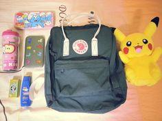 投稿《What's in your Kånken bag ?! 》徵件活動-by Yuewen Hu 款式: Kånken Classic 560-100 Navy & White 海軍藍/白  說明: 每天揹著它和喜歡的東西上學 真的超開心的