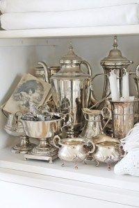 Antique Vintage Decor Vintage silver collection arranged on shelf. Silver Trays, Silver Plate, Vintage Silver, Antique Silver, Tarnished Silver, Silver Linings, Silver Tea Set, Vibeke Design, Zinn