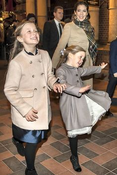 Dec 2018 Isabella & Joséphine on their way to see the Nutcracker ballet At Tivoli for which their grandmother Queen Margarethe designed the set and costumes. Princesa Mary, Princesa Real, Royal Princess, Crown Princess Mary, Prince And Princess, Denmark Royal Family, Danish Royal Family, Royal Family Portrait, Prince Frederick