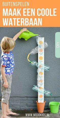 Lekker spelen met water: een coole waterbaan van flessen. Leuk om zelf te maken voor kinderen met foto en stap voor stap uitleg.