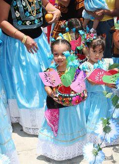 San Domingo Tehuantepec Oaxaca | Niñas con vestido de tehuana by JBF mx, via Flickr