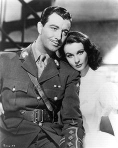 Robert Taylor & Vivien Leigh - Waterloo Bridge 1940. I reaaaally love all the photos in this series/ from this movie. I mean, isn't she like ultimate perfection? Ahhh.