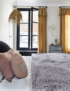 A Parisian duplex with bohemian accents Elle Décoration Eclectic Kitchen, Eclectic Living Room, Eclectic Decor, Bathroom Shelf Decor, Bedroom Decor, Eclectic Curtains, Curtain Designs, New Home Designs, Elle Decor