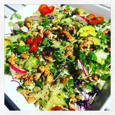 Kesäinen kanasalaatti aurinkoiseen päivään  #salaatti #kanasalaatti #salad #chickensalad #lunch #lounas #eatclean #eathealthy #eatwell #healthyfood #healthyeating #lowcarb #foodstagram #terveellistäjahyvää by sonjaboo