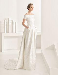 Rosa Clará 11219 nambia, collectie 2017 Zeer elegante bruidsjurk van dit prestigeuze merk. Deze ogenschijnlijk klassieke trouwjapon is door de ontwerpster gemoderniseerd zonder afbreuk te doen aan het oorspronkelijke model. Voor de bruid die kwaliteit weet te waarderen!