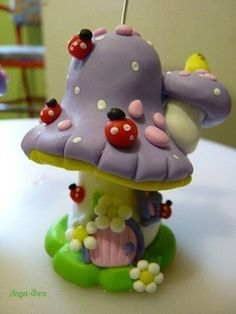 Lady Bugs on a Mushroom House Polymer Clay Fairy, Fimo Clay, Polymer Clay Projects, Polymer Clay Creations, Clay Beads, Clay Fairy House, Fairy Houses, Paper Clay, Clay Art