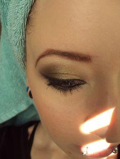 mossy green eyeshadow look