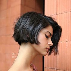 Latest Short Bob Haircuts for Women. Short bob haircuts are everlasting looks that everyone can wear based on the chop. With many fresh and modern takes Bob Haircuts For Women, Round Face Haircuts, Short Bob Haircuts, Short Hairstyles For Women, Haircut Bob, Summer Hairstyles, Short Blunt Haircut, Brown Bob Haircut, Classic Bob Haircut