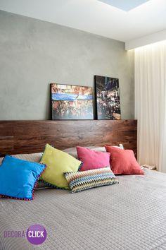 Decoração de Interiores – Quartos de Casal Sutil e linda decoração. O painel de madeira bruta ganha destaque nesta cabeceira. Ela fica linda na decoração e personaliza o ambiente que conta ainda com cores neutras, almofadas coloridas e quadros para decorar que foram inseridos sobre a cabeceira da cama de forma despojada. Lindo quarto do casal. Veja mais!  http://decoraclick.com.br/decoracao-de-interiores-quartos-de-casal-20/