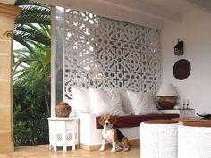 Separador de ambientes branco... e um cão ♡