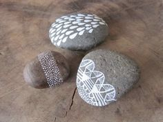 Painted rocks - dotted band is nice Pebble Painting, Pebble Art, Stone Painting, Pebble Stone, Stone Art, Rock Crafts, Arts And Crafts, Art Pierre, Colored Bubbles