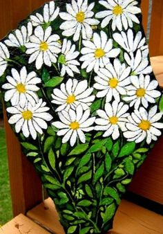 Daisies - The Happiest Flower rock painting patterns Painted Garden Rocks, Hand Painted Rocks, Painted Stones, Rock Painting Patterns, Rock Painting Designs, Stone Crafts, Rock Crafts, Daisy Painting, Painting Flowers