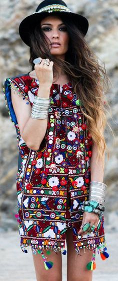 Street style | Boho tunic, hat, bracelets and accessories