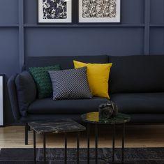 Grâce à sa structure originale en métal, la finesse et l'élégance s'invitent dans votre intérieur avec le canapé Riva. Le confort est à son apogée : la coque aux angles doux épouse l'assise duveteuse, lorsque vous allez vous plonger dedans. Outdoor Sofa, Outdoor Furniture, Outdoor Decor, Dark Lounge, Decoration, Habitats, Design Inspiration, Couch, Finesse