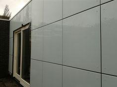 Glazen gevelbekleding is middels een een schroefverbinding aan de constructie van een pand te verbinden.