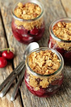 Simple Cherry Crisp in Jars Recipe 25 Cherry Recipes – Pie, Cake, Cupcake, Cheesecake, Cobbler and Cookies Mason Jar Desserts, Mason Jar Meals, Meals In A Jar, Köstliche Desserts, Delicious Desserts, Dessert Recipes, Yummy Food, Dessert Healthy, Picnic Recipes