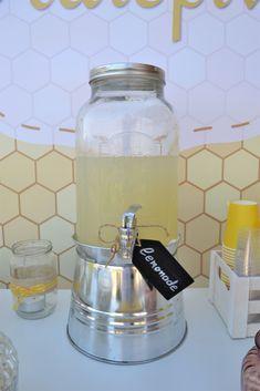 Στολισμός candy bar βάπτισης με θέμα τη μέλισσα