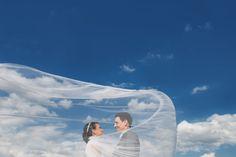 com um lindo céu azul o véu da noiva se transforma em nuvens lindas