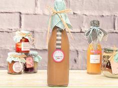 Selbst gemachte Geschenke wie der cremig-süße Toffifee-Likör sind ein tolles Mitbringsel für viele Gelegenheiten. So gelingt die Zubereitung des süßen Likörs.