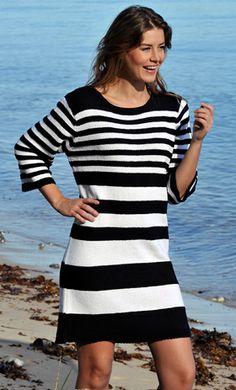 Strik din egen sommerkjole i sorte og hvide striber, striberne giver en ekstra flot figur, strikket kjole der kan bruges til alt, se flere hækle- og
