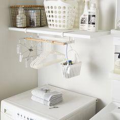 洗濯機上の棚下空間を有効活用!「棚下ハンガー収納 トスカ」のご紹介です。 置き場に困る洗濯ハンガーなどの洗濯小物を一括収納できる便利なアイテムです。 棚板に差し込むだけで洗濯上の空いた空間を洗濯ハンガーなどの収納スペースとして確保できます。 .… Laundry Mud Room, Space Saving, Hanger, Hanging Clothes, Shelves, Eco Kitchen, Shelf Hanger, Hanger Storage, Home Appliances