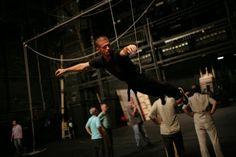 """Priprema baletskog igrača za let u predstavi o Petru Panu, """"dečaku koji nije želeo da odraste""""."""