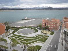 Construído na 2014 na Santander, Espanha. Imagens do Roland Halbe . Costura Urbana  A estratégia proposta é uma costura urbana através de uma série de plataformas de terraços e planos inclinados formando bancos, cuja...