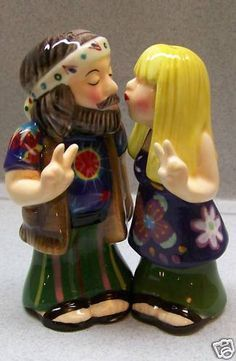 Looks like Willie And Korey Robertson! Salt And Pepper Grinders, Salt And Pepper Set, Salt Pepper Shakers, Hippie Couple, Salt N Pepa, Pots, Glass Ceramic, Kitsch, Whimsical