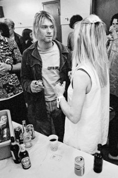 Backstage of Neil Young / Sonic Youth concert in Seattle, Kurt Cobain and Kim Gordon of Sonic Youth Nirvana Kurt Cobain, Kurt Cobain Photos, Kurt Cobain Young, Kim Gordon, Neil Young, Seattle, Personalidade Infp, Frances Bean Cobain, Donald Cobain