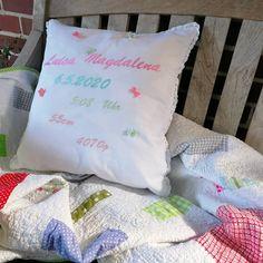 🍼Geschenke zur Geburt🍼 ***WERBUNG*** Willkommen kleine Maus! #margaswelt #ohbaby #nähen #nähenmachtglücklich #geschenkezurgeburt #babyglück #sticken #kissen #kissenliebe Baby, Throw Pillows, Advertising, Pillows, World, Crafting, Toss Pillows, Cushions, Decorative Pillows