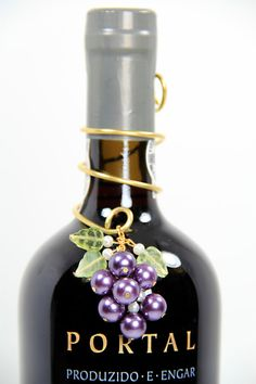 Jewelry for wine bottles! Add the perfect elegant and beautiful touch to any party or dinner table with a one of a kind handmade pearl wine bottle decoration. Wine Glass Crafts, Wine Craft, Bottle Crafts, Wine Bottle Charms, Wine Bottle Art, Bottles And Jars, Glass Bottles, Perfume Bottles, Wine Tasting