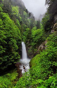 Palovit Waterfall on a rainy day, Kaçkar Mountains National Park, Rize ⚓ Eastern Blacksea Region of Turkey | Östliche Schwarzmeerregion der Türkei #karadeniz #doğukaradeniz #rize #travel #nature #ecotourism #cittaslow #waterfall #mythological #colchis #amazonwarriors #tzaniti