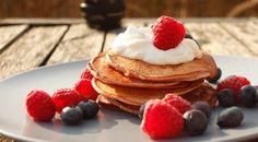 Joe Wicks recipe: Lean in 15 protein pancakes Ingredients 1 banana, roughly chopped 1 scoop vanilla protein powder 1 egg rolled oats 1 tbsp coconut oil Greek yoghurt, blueberries and raspberries, to serve Pancakes Végétaliens, Pancake Proteine, Pancakes For One, Pancake Stack, Protein Pancakes, Waffles, Joe Wicks Rezepte, Joe Wicks Lean In 15, Vegans