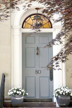 Curb appeal – great entrance and i love the color on that door. Exterior Colors, Exterior Design, Exterior Paint, Feng Shui Front Door, Grey Doors, Entrance Doors, Front Doors, Doorway, Door Entryway