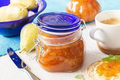 Tak trochu jiný hruškový džem s kousky ovoce, které dostane výraznější barvu a chuť díky cukru zpracovaného na karamel. A k němu tip na krásné sklenice, ve kterých ho můžete uchovat. Home Canning, Preserves, Pickles, Cantaloupe, Mason Jars, Food And Drink, Honey, Homemade, Fruit