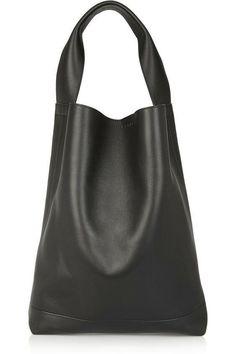 Un bolso de mano en algún color neutro es básico por ser versátil y  fácilmente combinable 157f95b466