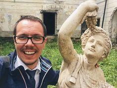 """""""Kamoško zapózujme, bude to skvelá selfie. Bolo by super zvyknúť si na fotenie, bude sa s Tebou fotiť mnoho ľudí.""""📷 Dnešné fotenie s antickým bohom úrody a vína s Bakchusom. 😇Toto bude jedna z najznámejších fontán v najromantickejšom meste na Slovensku.❤️ *z môjho biznisu - www.michalbotansky.com 🔼🔼"""