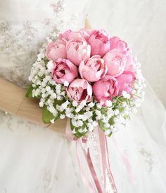 ピンクのチューリップとかすみ草のクラッチブーケ。すべて造花です。 Silk Flower Bouquets, Silk Flowers, Floral Wreath, Wreaths, Flowers, Floral Crown, Door Wreaths, Deco Mesh Wreaths, Floral Arrangements