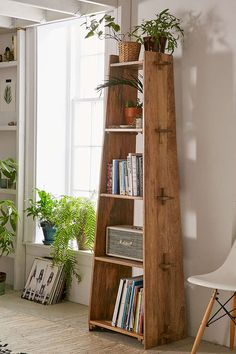 Lean and clean: A rustic wood shelf takes tusk-and-groove construction to a new … - Regal Selber Bauen Furniture Projects, Wood Furniture, Home Projects, Furniture Design, Office Furniture, Building Furniture, Furniture Storage, Diy Casa, Wood Shelves